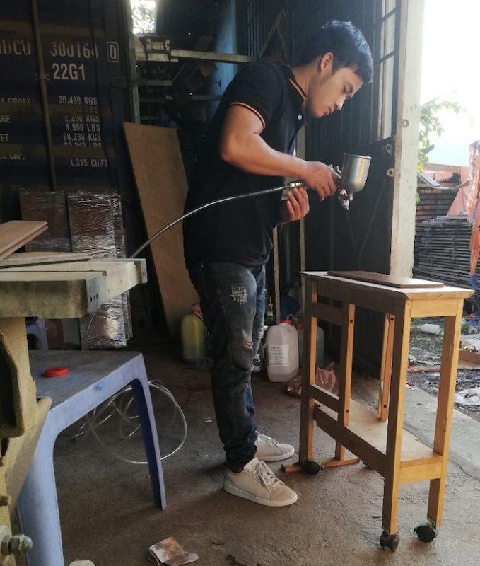 Thi công phun sơn lên màu cho gỗ