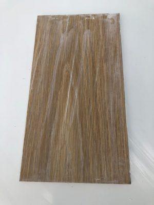 Trải keo Wood mastic lên bề mặt gỗ, cha xát vào tim gỗ và loại bỏ keo thừa