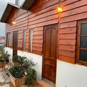 hình ảnh thực tế của quy trình sơn gỗ ngoài trời
